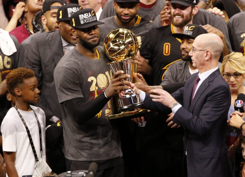 JGM01. Oakland (United States), 20/06/2016.- NBA Commissioner Adam Silver (R) hands Cleveland Cavaliers forward LeBron James (L) the MVP trophy while holding the NBA Championship trophy after defeating the Golden State Warriors in NBA Finals game at Oracle Arena in Oakland, California, USA, 19 June 2016. The Cavaliers defeated the Warriors to win the NBA Finals Champions. (Baloncesto, Estados Unidos) EFE/EPA/JOHN G. MABANGLO CORBIS OUT ** Usable by HOY and SD Only **