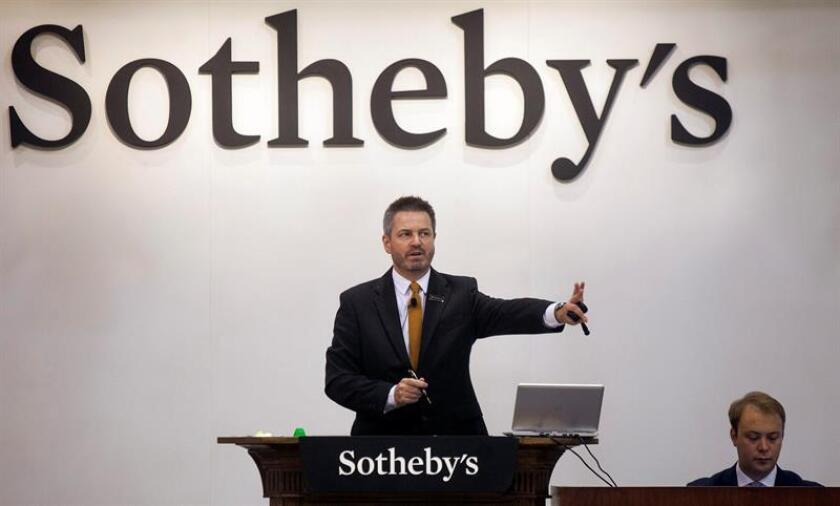 An auctioneer gestures at the Sotheby's 'Magnificent Jewels and Jadeite' auction in Hong Kong, China, 07 October 2015. EFE/EPA/File