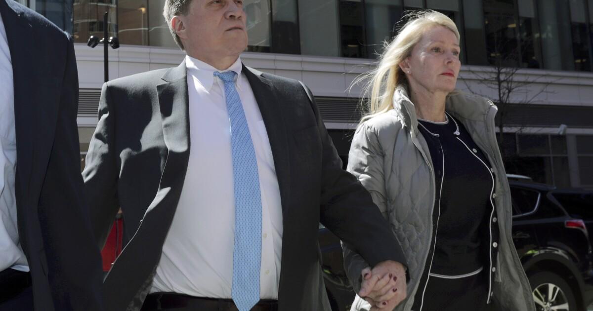 Finanzmann in Rechnung gestellt admissions-Skandal angeklagt auf immer wieder neue Steuern Betrug Vorwurf