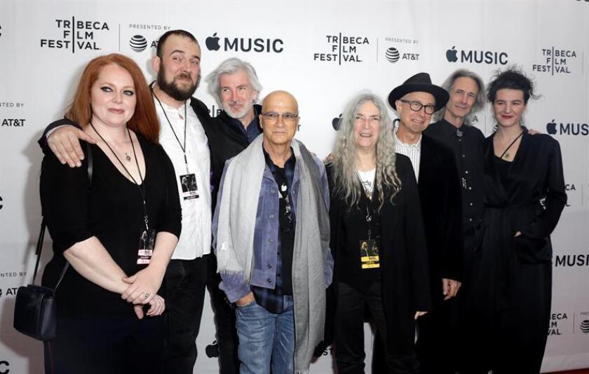La cantante estadounidense Patti Smith (c), su banda, y el productor ejecutivo y discográfico Jimmy Iovine (c-i) llegan al estreno mundial del documental 'Horses: Patti Smith and her Band' hoy, lunes 23 de abril de 2018, durante el Festival de Cine de Tribeca, en el Teatro Beacon de la ciudad de Nueva York (EE.UU.). EFE