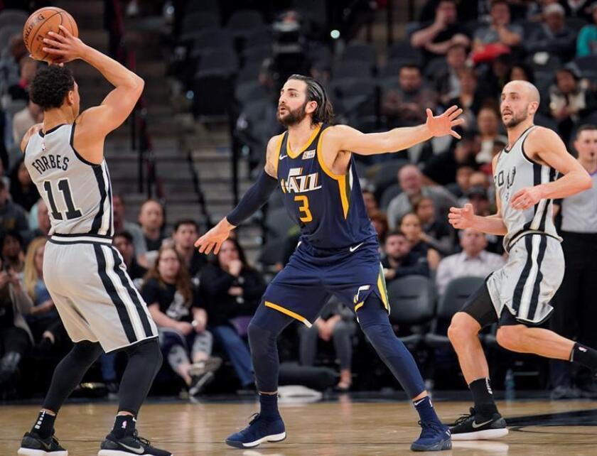 El base español de los Jazz de Utah, Ricky Rubio (c), impide el avance del base de los Spurs de San Antonio, Bryn Forbes (i), durante el partido de la NBA disputado este sábado en el AT&T Center de San Antonio. EFE