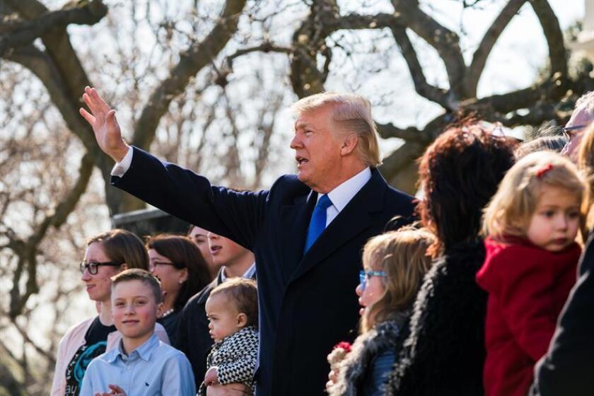 """El presidente estadounidense, Donald Trump, se dirige a los participantes de """"Marcha por la vida"""" y líderes """"Pro-Vida"""" por teleconferencia desde el Jardín Rose de la Casa Blanca, en Washington DC (Estados Unidos) hoy, 19 de enero de 2018. Trump es el primer presidente estadounidense en dirigirse a la llamada """"Marcha por la Vida"""", una de las concentraciones más multitudinarias contra el derecho al aborto. EFE"""