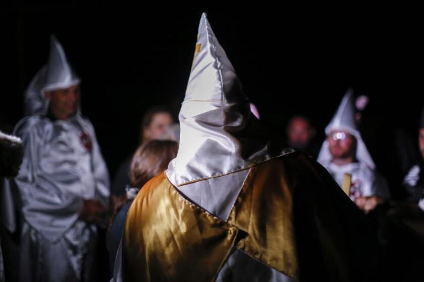 La cadena de televisión Arts and Entertainment (A&E) decidió cancelar un programa de telerrealidad sobre el Ku Klux Klan menos de una semana antes de su estreno, informaron los medios locales. EFE/ARCHIVO