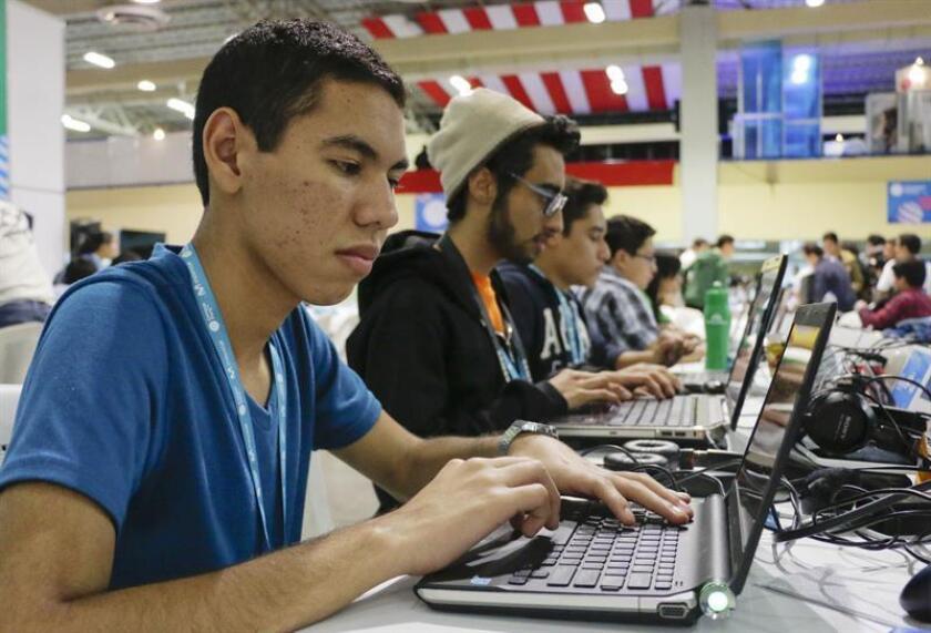 Vista de varios jóvenes trabajando en computadoras. EFE/Archivo