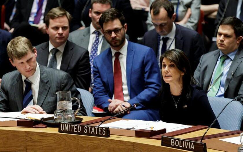 La embajadora de los Estados Unidos ante las Naciones Unidas, Nikki Haley (d), interviene mientras el embajador adjunto del Reino Unido, Jonathan Allen (i), escucha en la reunión del Consejo de Seguridad de las Naciones Unidas convocada por el Reino Unido para discutir el ataque químico en Salisbury. EFE/Archivo