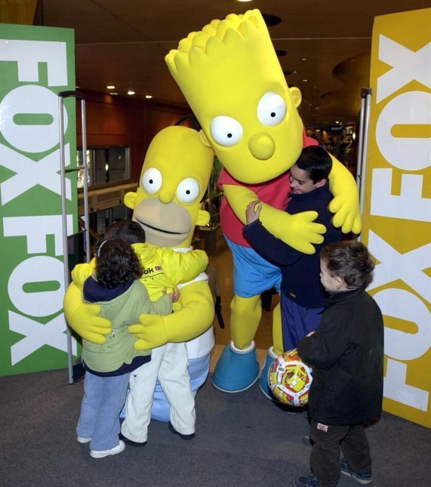 """""""Bart Simpson"""" y su padre, """"Hommer"""", recibieron así de afectuosos el 14 de diciembre de 2001 a los clientes más jóvenes de la FNAC en Madrid, que presentó a los protagonistas de la popular serie de televisión de la cadena FOX como parte de su campaña navideña. EFE/Archivo"""