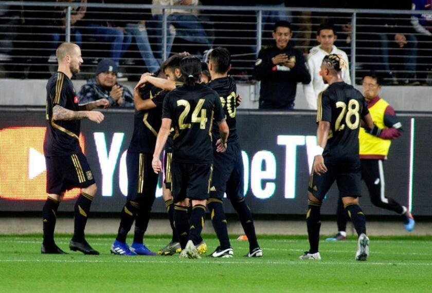 Los jugadores de Los Ángeles Football Club celebran la anotación de un gol de Carlos Vela durante un partido. EFE/Archivo
