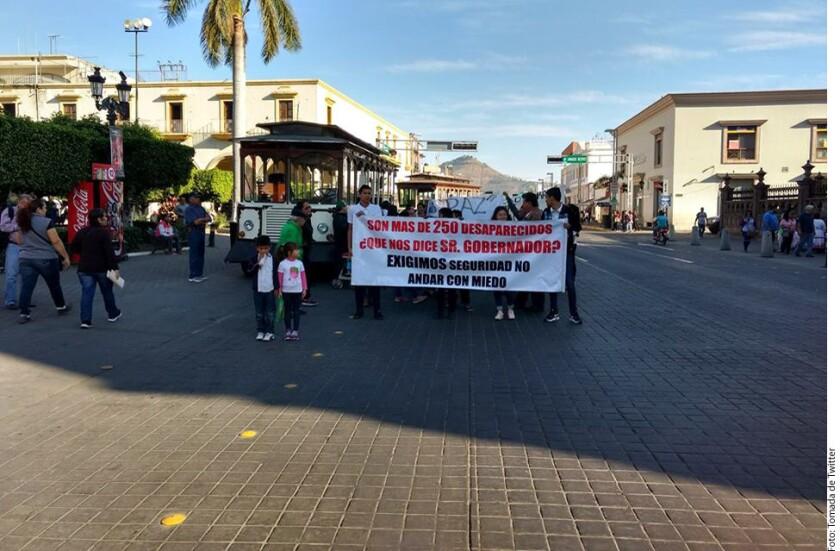 Padres y madres con hijos desaparecidos marcharon en Tepic, Nayarit, para exigir paz, seguridad y justicia al Gobernador Antonio Echevarría.