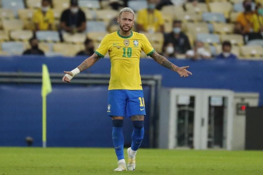 El delantero Neymar gesticula durante la final de la Copa América frente a Argentina