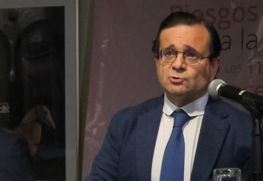 El doctor Juan Luis Alcázar Zambrano durante una conferencia hoy, lunes 11 de febrero de 2019, en Ciudad de México. EFE