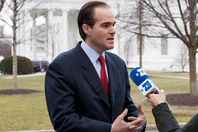 El director para Asuntos de Latinoamérica del Consejo de Seguridad Nacional, Mauricio Claver-Carone, contesta las preguntas de los medios de camino a la Casa Blanca, Washington d.C (Estados Unidos) este martes. EFE
