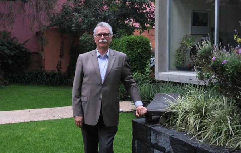El mexicano Félix Hernández Gamundi posa este, 27 de septiembre de 2018, en Ciudad de México. Cuando Gamundi llegó a Ciudad de México, su sueño era graduarse en ingeniería y regresar a su pueblo natal. Pero participar en el movimiento estudiantil de 1968 le cambió la vida: presenció la matanza de Tlatelolco, fue torturado y se convirtió en preso político más de dos años. EFE