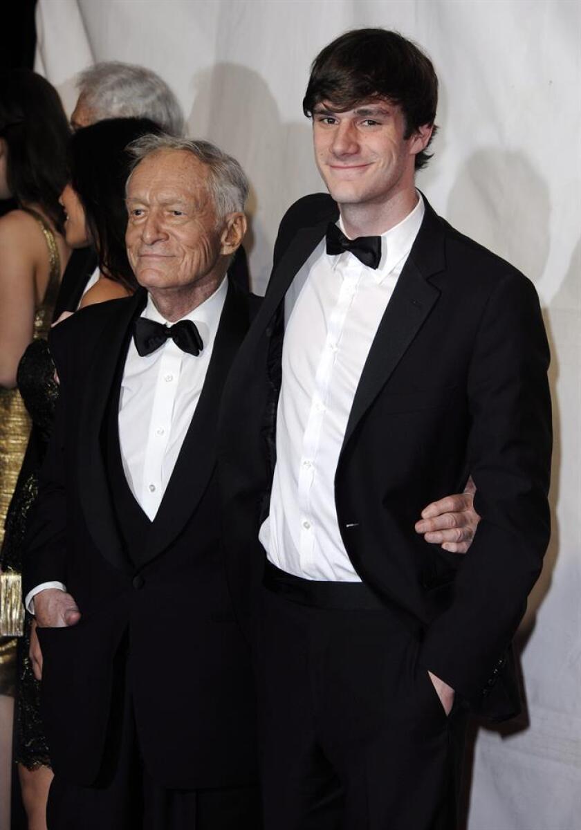 El editor estadounidense Hugh Hefner (izq) y su hijo Cooper Hefner. EFE/Archivo