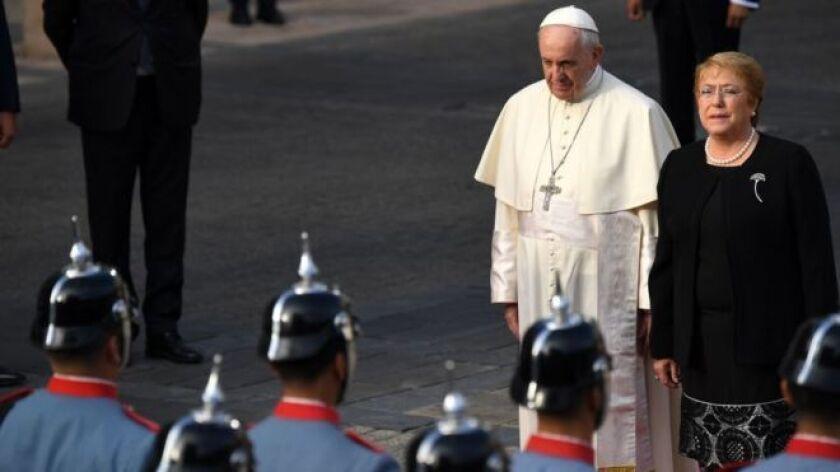 """El papa Francisco afirmó este martes que era """"justo pedir perdón"""" y que sentía """"dolor y vergüenza"""" por el """"daño irreparable"""" causado a los niños víctimas de abusos sexuales por parte de la Iglesia católica en Chile."""