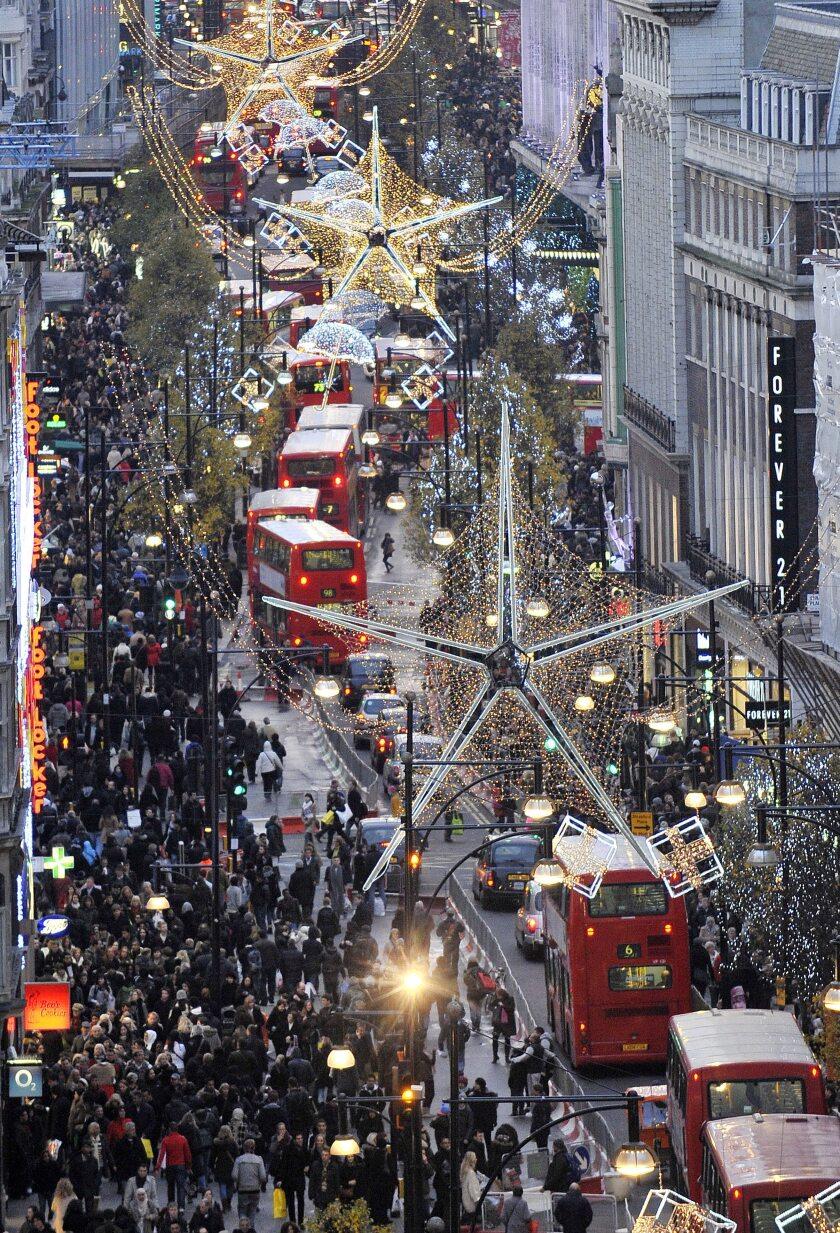 Ambiente de Navidad en la calle Oxford Street en Londres, Reino Unido.
