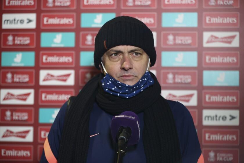 El técnico de Tottenham José Mourinho responde a preguntas tras la victoria 5-0 ante Marine en la tercera ronda de la Copa FA en Crosby, Liverpool, el domingo 10 de enero de 2021. (Clive Brunskill/Pool vía AP)