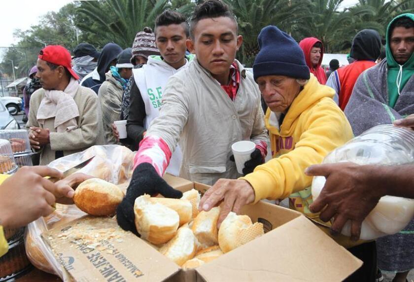 """Grupos de personas de la segunda caravana migrante reciben comida hoy, jueves 15 de noviembre de 2018, en el deportivo Jesús Martínez """"Palillo"""", en Ciudad de México (México). EFE"""