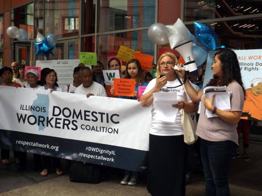Vista de varias personas durante una manifestación por los derechos de las trabajadoras domésticas. EFE/Archivo