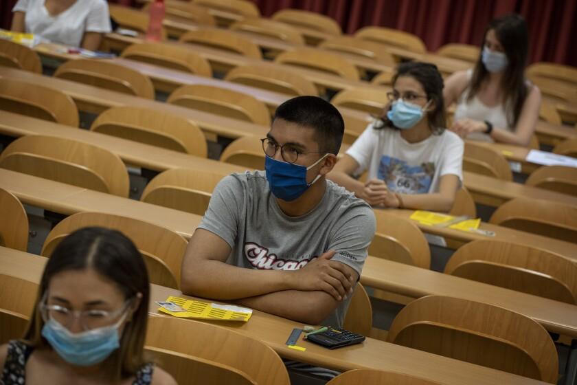 Estudiantes hacen examen de ingreso a la Universidad Autónoma de Barcelona, el martes 7 de julio de 2020, en Sabadell, Cataluña, España. (AP Foto/Emilio Morenatti)