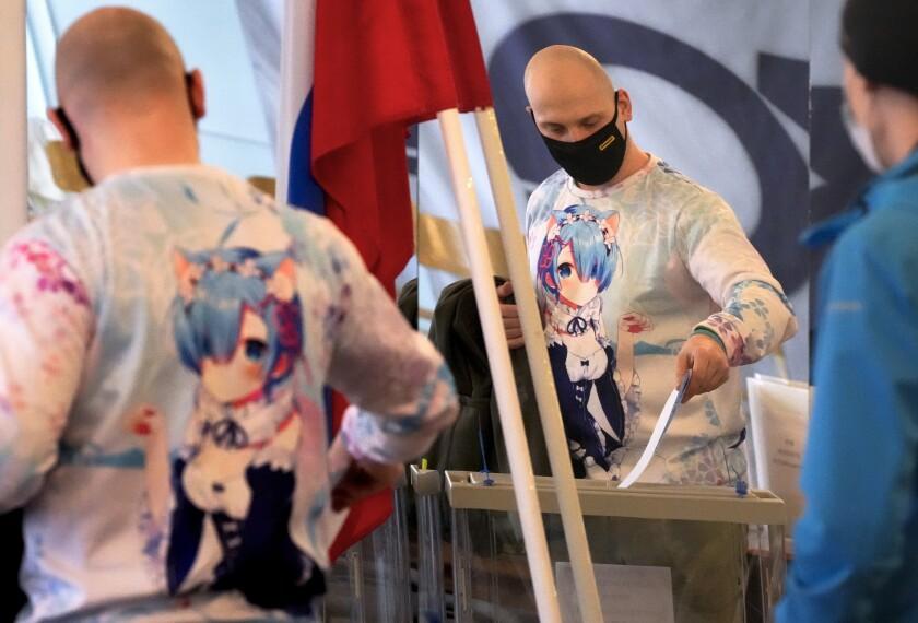 Un ciudadano ruso deposita su voto en San Petersburgo el 19 de septiembre del 2021. (Foto AP/Dmitri Lovetsky)