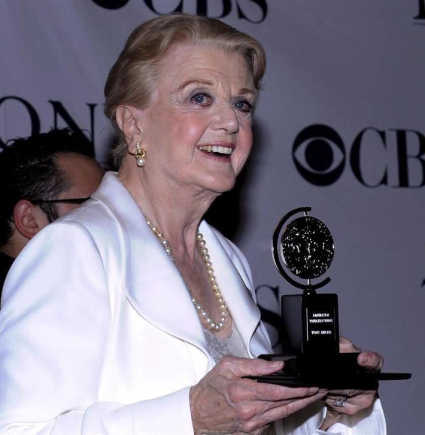 """La actriz británica Angela Lansbury posa para los fotógrafos tras ganar el premio a Mejor Actuación por su papel en """"Blithe Spirit"""". EFE/Archivo"""