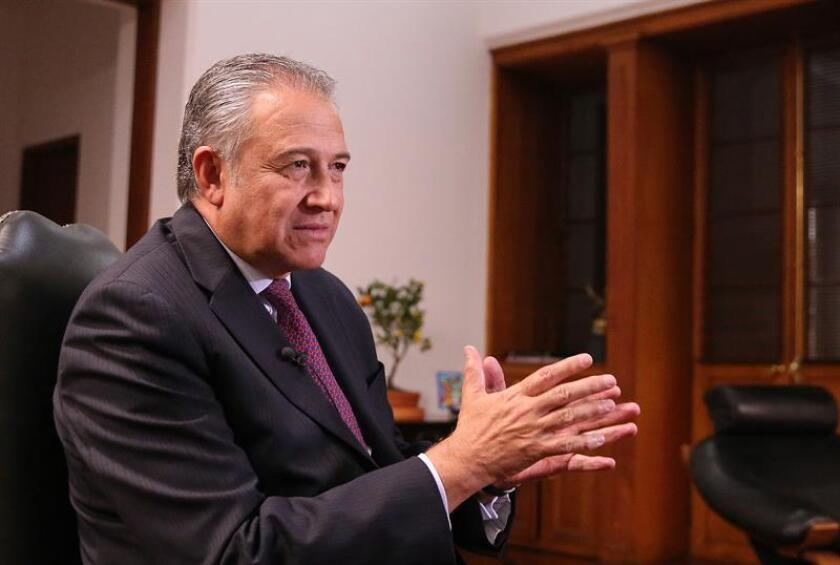 El vicepresidente de Colombia, el general Óscar Naranjo, se reunió hoy con tres asesores del presidente, Donald Trump, y este miércoles se entrevistó con la titular del Departamento de Seguridad Nacional, Elaine Duke, dentro de su visita de cinco días a Washington. EFE/ARCHIVO