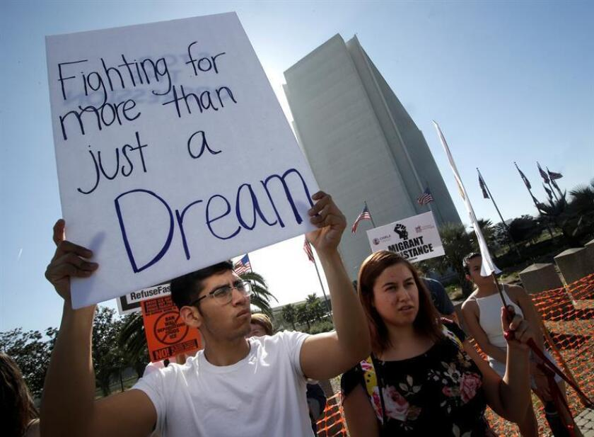 USA DREAMERS DACA:MAN13. Los Angeles (United States), 03/02/2018.- A protester holds a sign that reads 'Fighting for more than just a Dream' as he joined Dreamers and hundreds of demonstrators calling for DACA (Deferred Action for Childhood Arrivals) protection and protesting against US President Donald Trump in a national day of action outside the Federal Building in Los Angeles, California, USA, 03 February 2018. (Protestas, Estados Unidos) EFE/EPA/FILEMIKE NELSON