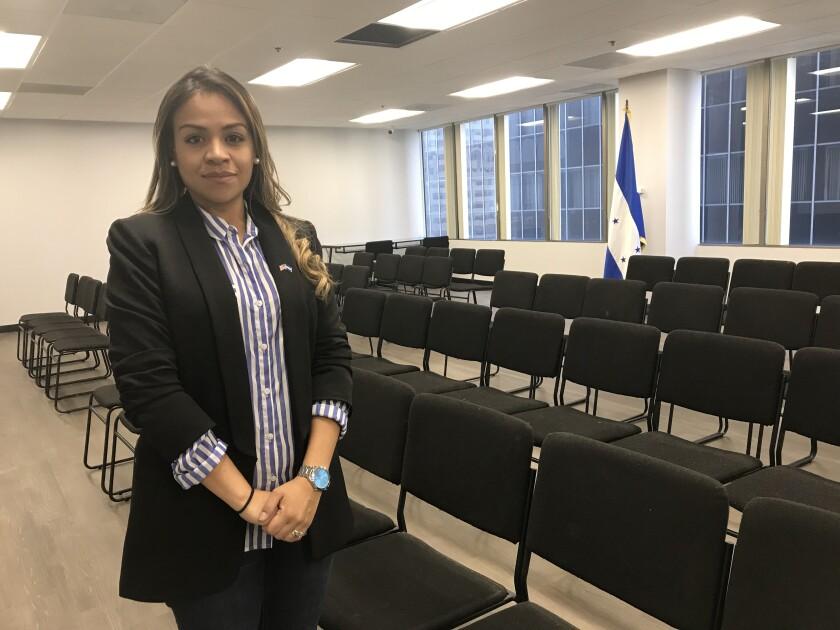 La cónsul general de Honduras en L.A., María Fernanda Rivera, se prepara a inaugurar las nuevas oficinas.