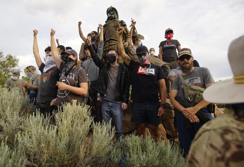 Manifestantes se trepan a la estatua del conquistador español Don Juan de Oñate en Albuquerque