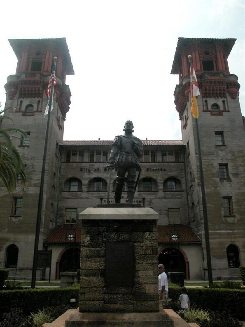 Fotografía de archivo donde aparece la estatua del fundador de la ciudad estadounidense de San Agustín, el español Pedro Menéndez de Avilés, la entrada del Museo Lightner en San Agustín, Florida. EFE/Archivo