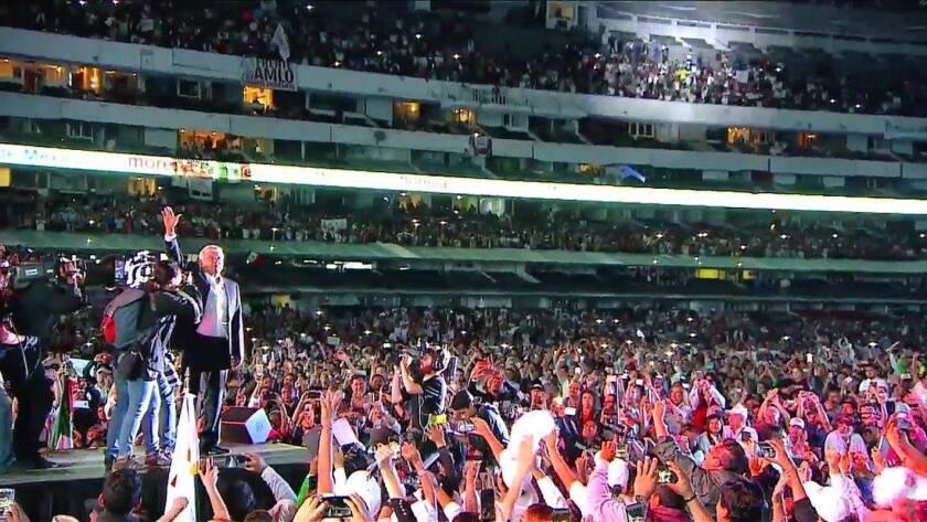 El candidato izquierdista por el Movimiento Regeneración Nacional (Morena), Andrés Manuel López Obrador, en su cierre de campaña en el Estadio Azteca en Ciudad de México.
