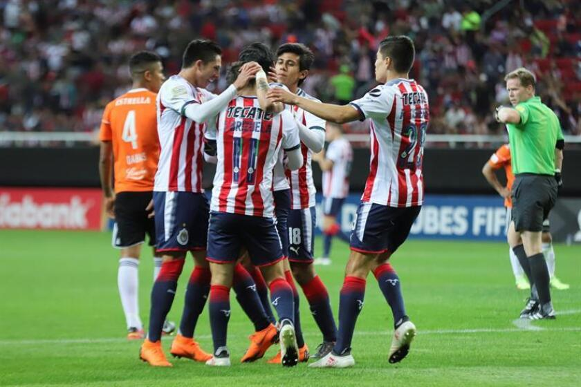 Los jugadores de Chivas celebran tras un gol hoy, miércoles 28 de febrero de 2018, durante el juego de vuelta de la Liga de Campeones de la Concacaf disputado entre las Chivas de México y el Cibao dominicano, en el estadio Akron de la ciudad de Guadalajara (México). EFE