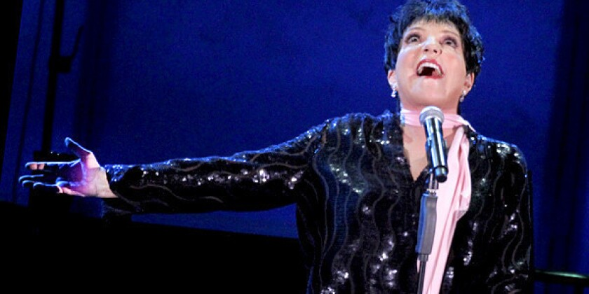 Review: Liza Minnelli overcomes technical difficulties