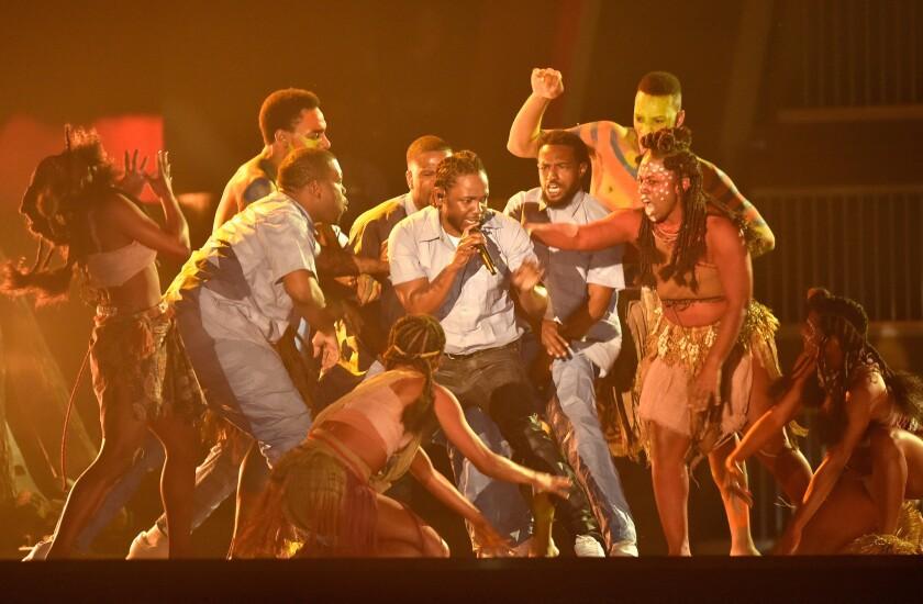 El rapero Kendrick Lamar se subió al escenario del Staples Center para ofrecer un acto que impresionó a todos con su puesta en escena y la contundencia de su mensaje social.