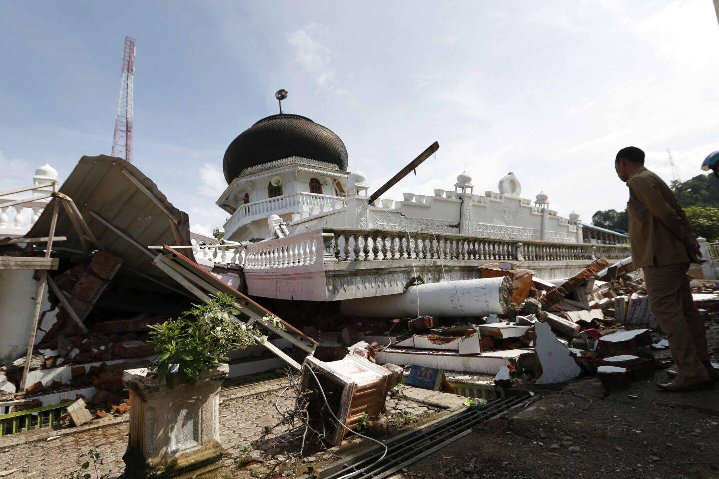 Un ciudadano indonesio inspecciona una mezquita destruída tras el terremoto de 6.5 grados. El Servicio Geológico de Estados Unidos señaló que el sismo de magnitud 6.5 ocurrió a las 5:03 a.m. locales y tuvo su epicentro a unos 19 kilómetros (12 millas) al norte de Reuleut, un poblado en el norte de Aceh, y a una profundidad de 17 kilómetros (11 millas).