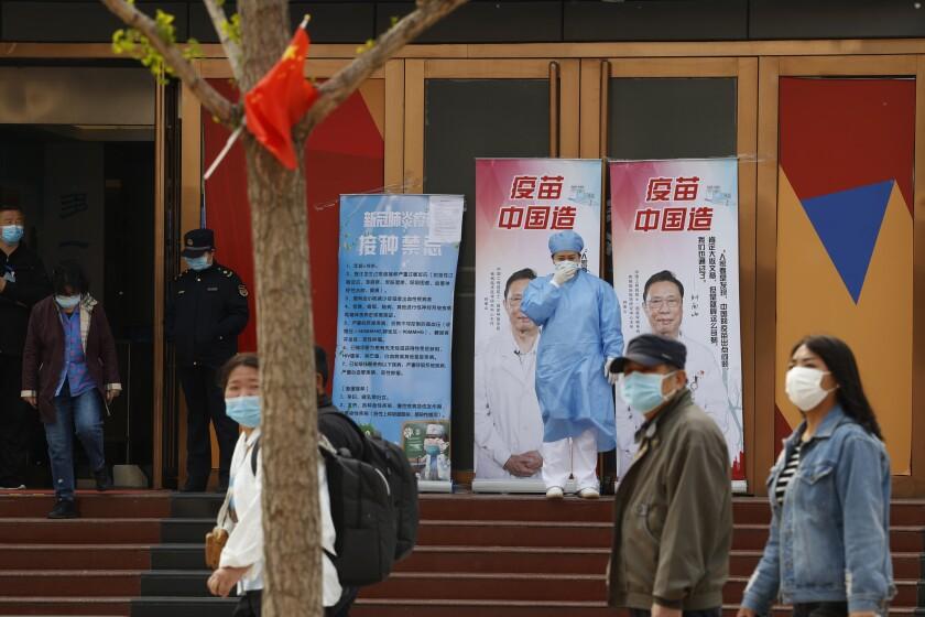 Unas personas afuera de un centro de vacunación contra el coronavirus en Beijing, China, el 9 de abril de 2021.