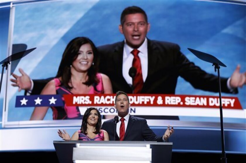 El representante Sean Duffy, de Wisconsin, y Rachel Duffy hablan durante la Convención Nacional Republicana el lunes 18 de julio de 2016 en Cleveland. (AP Foto/Carolyn Kaster)