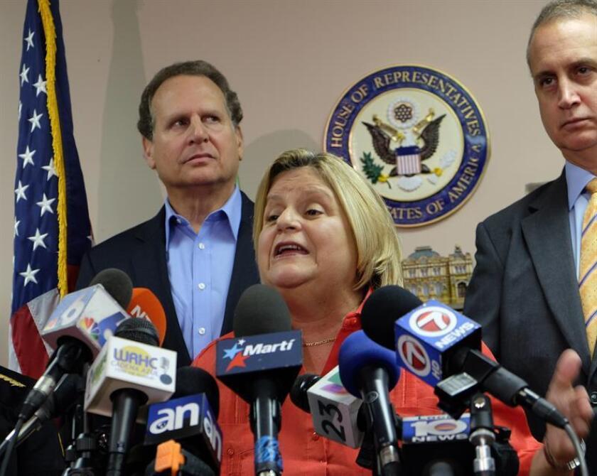 Los congresistas Eliot Engel (demócrata) e Ileana Ros-Lehtinen (c) (republicana), solicitaron hoy al presidente del país, Donald Trump, que incluya a un grupo de centroamericanos en la lista Magnitsky, con el objetivo de que sean sancionados por violaciones a los derechos humanos. EFE/ARCHIVO