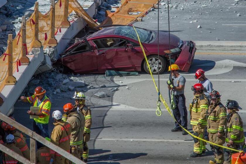 Varios miembros del departamento de bomberos trabajan en el puente para peatones que se ha derrumbado en las cercanías de la Universidad Internacional de Florida (FIU) en Miami (Florida, EE.UU.). EFE/Archivo