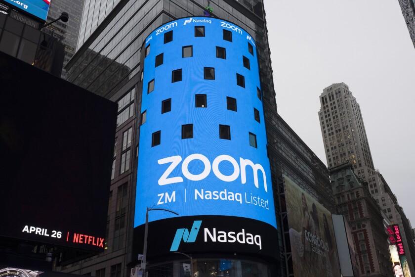 un cartel de Zoom Video Communications se exhibe en la oferta pública de venta de Nasdaq
