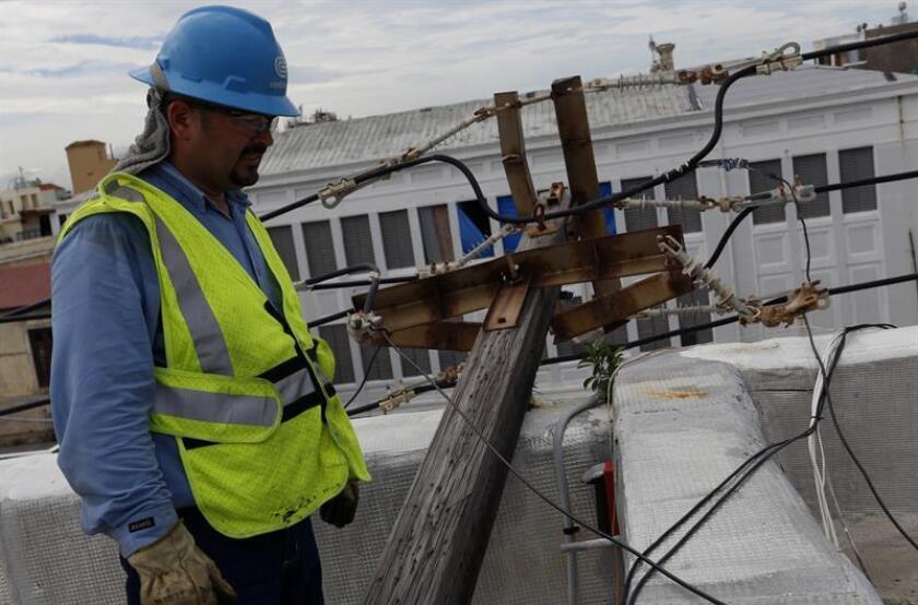 El presidente interino de la Comisión de Energía de Puerto Rico, José Román, anunció hoy que elaboró el primer reglamento sobre el desarrollo de microredes en la isla, con el fin de restaurar de forma ágil y efectiva el servicio eléctrico. EFE/ARCHIVO