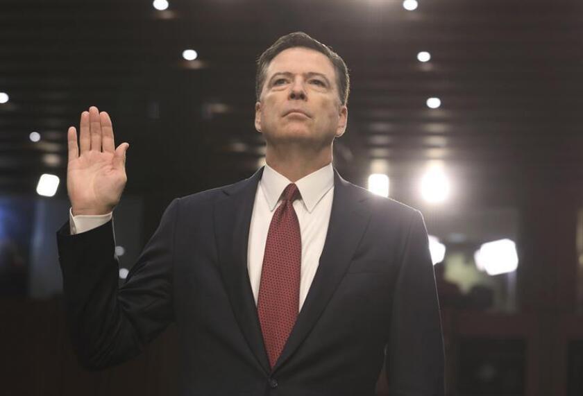 El exdirector del FBI James Comey presta juramento antes de testificar ante el Comité de Inteligencia del Senado de EEUU, en el edificio de las oficinas del Senado, en Washington DC, Estados Unidos. EFE/Archivo