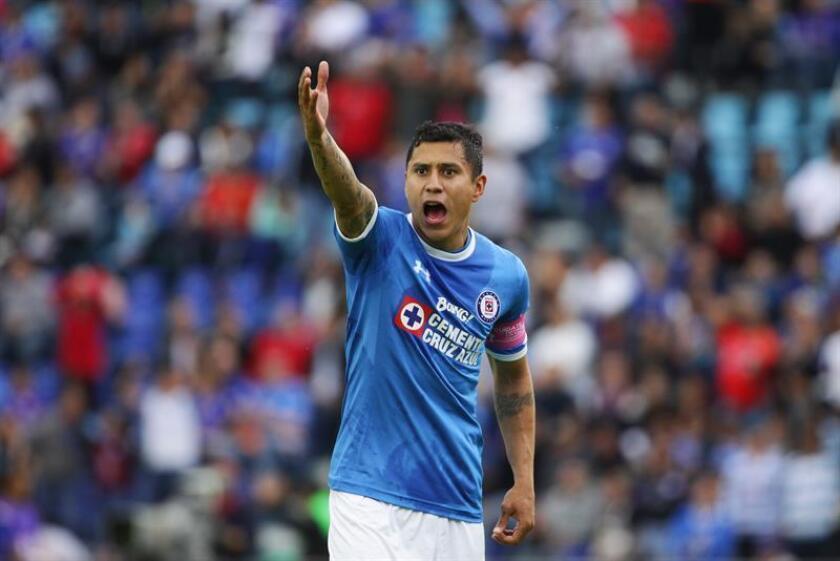 El defensa Julio César Domínguez, del Cruz Azul, fue convocado este sábado a la selección mexicana que enfrentará a Argentina los días 16 y 20 de este mes en dos partidos amistosos en aquel país suramericano. EFE/Archivo