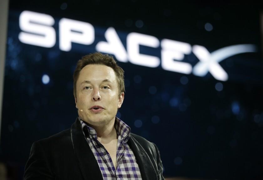 ARCHIVO - En esta foto de archivo del 29 de mayo de 2014, Elon Musk, director ejecutivo y de tecnología de SpaceX, presenta la nave espacial SpaceX Dragon V2 en la sede de SpaceX en Hawthorne, California. Musk predijo durante una entrevista en una teleconferencia en el sur de California el 1 de junio de 2016 que la gente estaría en Marte para 2025. (AP Foto/Jae C. Hong, Archivo)