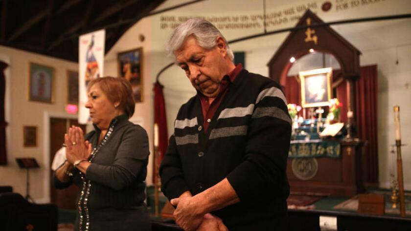 """Sako Hakopian, de 69 años, a la derecha, y su esposa Ripsik, de 65, hablan acerca de cómo ellos realizan """"matagh"""" u ofrendas, como parte de su fe en la Armenian Church, en Glendale."""