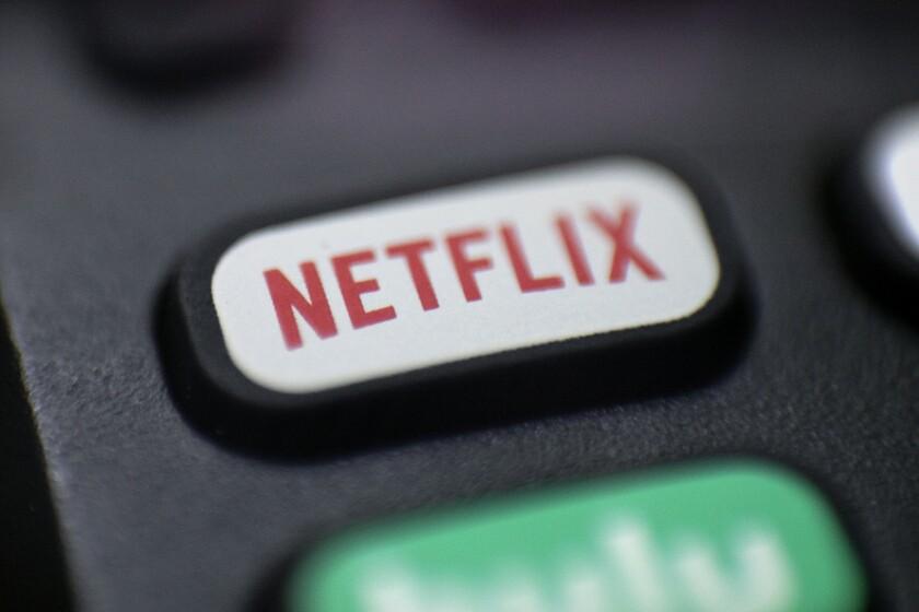 En esta fotografía del 13 de agosto de 2020 un logotipo de Netflix en un control remoto en Portland