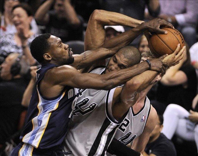 El jugador de los Spurs Tim Duncan (d) ante Tony Allen (i) de los Grizzlies durante el segundo juego de las finales de la Conferencia Oeste de la NBA en el AT&T Center de San Antonio, Texas (EE.UU.). EFE