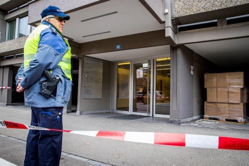 La policía metropolitana de Zúrich acordona los alrededores del consulado estadounidense después de que se hallase un objeto sospechoso de ser una bomba en Zúrich (Suiza). EFE