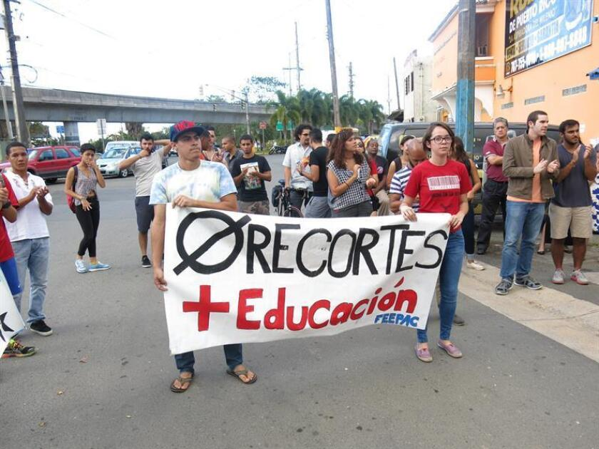 """La Federación de Maestros de Puerto Rico (FMPR) se manifiesto hoy frente al Departamento de Educación para hacer patente su rechazo a lo que consideran """"la entrega de las escuelas a la empresa privada"""" contemplada en la propuesta de reforma del sistema público de educación. EFE/ARCHIVO"""