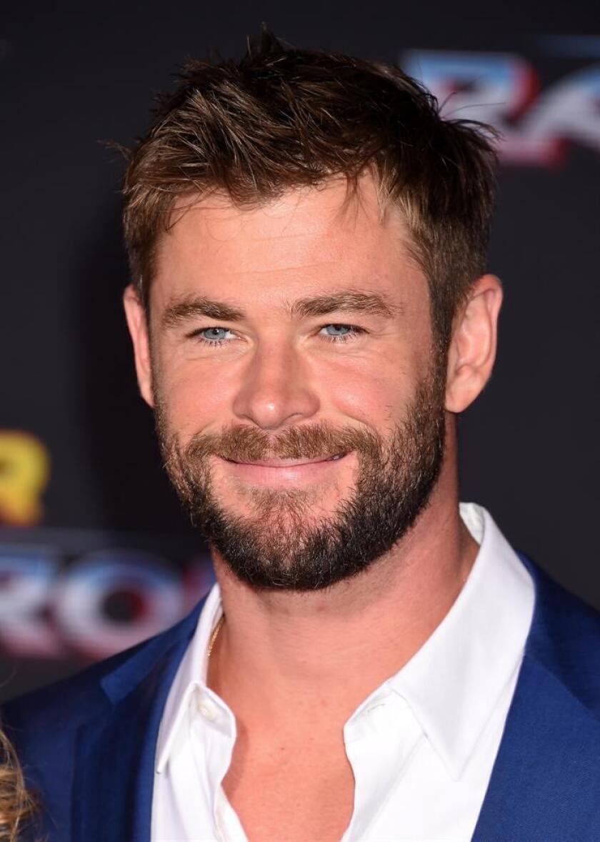 """El actor australiano Chris Hemsworth posa a su llegada al estreno de la película """"Thor: Ragnarok"""" en Hollywood (Estados Unidos). EFE/Archivo"""